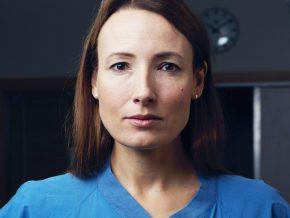 Läkarförbundets ordförande iHeidi Stensmyren i blå bussarong med mörk bakgrund